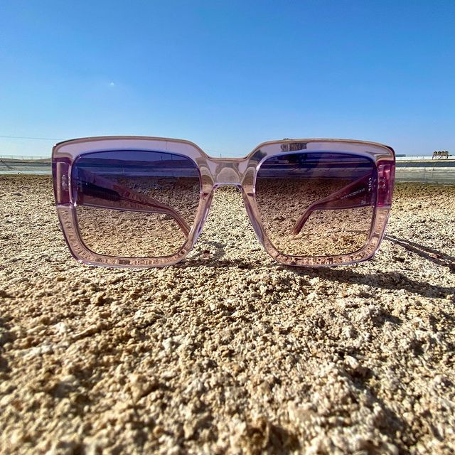 Pink & the desert 🌵  משקפי שמש אוברסייז מרובעים עם מסגרת אצטט מבריקה ואטיטוד מלא לוקז׳ורי - כן, זה דגם #ROMA